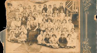Η φωτογραφία αυτη μας εδώθη ως τάξη θηλέων δημοτικού σχολείου του χωριού με δασκάλα την Ελισάβετ Μπούρα. Χρονολογικά, απο τα στοιχεία της Α'μιας εκπαίδευσης φαίνεται πως η Ελισάβετ Μπούρα δεν υπηρέτησε στο θηλέων αλλα στο μεικτό. Σε επαφή με συγγενικό πρόσωπο της δασκάλας, η ίδια δεν αναγνωρήσθη. Παρόλαυτά η πηγή εμμένει πως είναι το συγκεκριμένο προσωπο. Την αναρτούμε με κάθε επιφύλαξη σε περίπτωση που αναγνωρησθεί κάποιος απο τους εικονιζόμενους