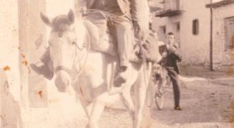Με το άλογο σε δρόμο του χωριού 2