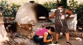 Ρίξιμο ψωμιού με φτυάρι σε χωριάτικο φούρνο