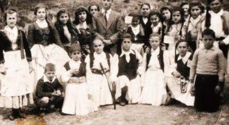 Τάξη Δημοτικού σχολείου σε εθνική εορτή, 1958 Διδάσκαλος Τσιλιμήγκας.