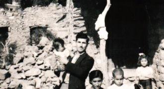 Οικογένεια έξω απο το σπίτι 1948.