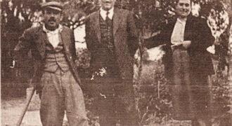 Ο μπαρμπα-Αριστείδης Γαλανόπουλος (πρώτος απο αριστερά) μαζί με τον Διογένη και την Αγγελική Παπαϊωάννου