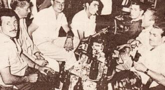 Μια χαρούμενη παρέα τα πίνει στο πανηγύρι του Αγίου Νικολάου στο Κολύρι. Στην παρέα διακρίνονται απο αριστερά οι Αλέκος Γαλανόπουλος και Χρήστος Αγγελόπουλος
