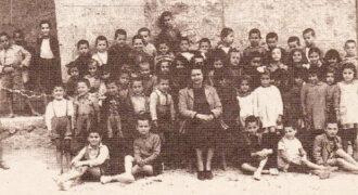Οι μαθητές του δημοτικού σχολείου Κολυρίου με την δασκάλα τους σε αναμνηστική φωτογραφία το 1955
