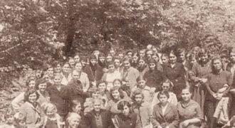 Κάτοικοι του Κολυρίου καθώς και μοναχές παρακολουθούν κήρυγμα στην ύπαιθρο