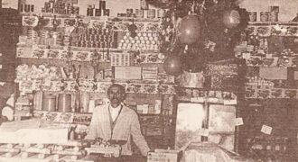 Ο Αναστάσιος Κούτρας στο μπακάλικο - καφενείο την δεκαετία του 1960