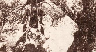 Μια χαρούμενη νεανική παρέα στο Κολύρι Ηλείας την δεκαετία του 1960 παίζει το έθιμο με τις κούνιες ανήμερα της εορτής του Αγίου Γεωργίου