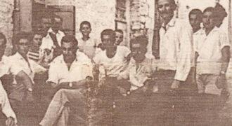 Μια μεγάλη παρέα τα λέει έξω απο το μπακάλικο - καφενείο του Αναστασίου Κούτρα. Στην φωτό διακρίνεται όρθιος ο Αν. Κούτρας και πίσω του ο πολιτικός μηχανικός Γεώργιος Αγγελόπουλος σε νεαρή ηλικία. Επίσης στην φωτό διακρίνονται οι Νικόλαος Κατήρας, Κώστας Βασιλόπουλος, Σταύρος Τσαγρής και Ανδρέας Τσίληρας