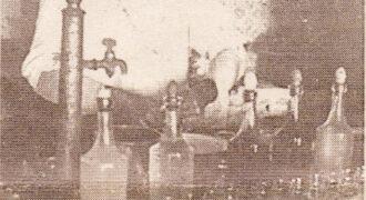 Ο Αναστάσιος Κούτρας βάζει ούζο στο μπακάλικο - καφενείο του